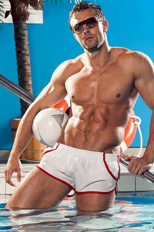 Bílé sportovní plavky s červenými lemy